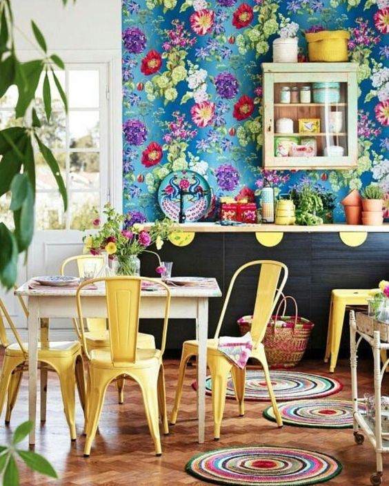 Dining cu decor maximalist