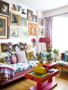 Living cu decor maximalist