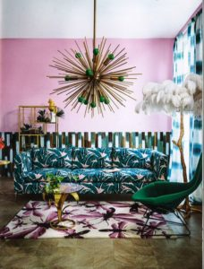 Living modern cu decor maximalist